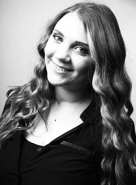 Vivian. Zuständig für Empfang und Assistenz im Team von Joy & Smile, Ihre Zahnärzte in Leipzig